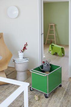 Décoration chambre d'enfant : un coffre à jouer USM Haller - coloris vert