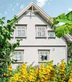 """(13) FINN – HELLVIK - Meget tiltalende og herskapelig """"Sveitservilla"""" med meget god standard. Påkostet. Pent opparbeidet hage med flere """"rom"""". Sol hele dagen."""