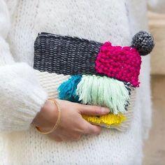 〰 Idée cadeau fête des mères 〰 La collection capsule en collaboration avec @omy_studio est encore disponible dans la boutique du 10ème arrondissement! Yarn Crafts, Fabric Crafts, Sewing Crafts, Crochet Clutch, Knit Crochet, Julie Robert, Weaving Textiles, Weaving Projects, Boho Bags
