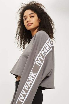 Do casual dressing the stylish way with this simple but chic grey sweatshirt by Ivy Park. Featuring knitted logo, wear it with leggings or joggers for post-gym perfection. Sweats Outfit, Ivy Park, Knitting For Beginners, Topshop Outfit, Sport Wear, Hoodies, Sweatshirts, Beyonce, Casual Wear