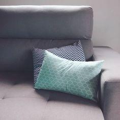 ▶E finalmente o nosso sofá chegou!!! Estava ansiosa para estrear as almofadas que fiz com estas estampas lindas da @roccatecidos◀ #design1982 #decoracao #instadecor #diy #hadmade #craft #pattern #fabric #tecido #chevron #grey #sofa #floripa