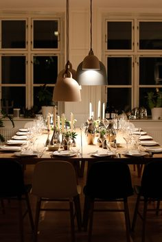 Bell Lamps from Normann Copenhagen. Nice mix-up! Rustic Style, Modern Rustic, Modern Farmhouse, A Table, Decoration, Sweet Home, Table Settings, New Homes, Dining Room