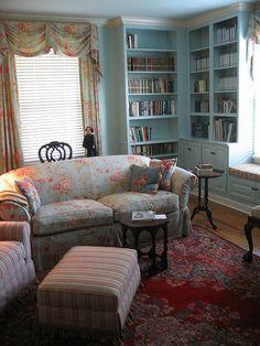 sala com sofa e cortinas de estampa zelda