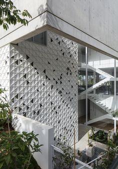 Triangles of light animate perforated aluminium facade of Tel Aviv home by Pitsou Kedem Architects Facade Design, Exterior Design, Interior And Exterior, Building Skin, Building Facade, Pitsou Kedem, Concrete Facade, Concrete Wall, Green Facade