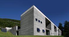Peter ZUMTHOR - établissement thermal - Vals - Suisse - 1986/1996 façade Est murs en gneiss couverture en béton armé