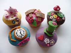 alice in wonderland cupcakes Alicia Wonderland, Alice In Wonderland Cupcakes, Alice Tea Party, Mad Hatter Tea, Mad Hatters, Baking With Kids, Cute Cupcakes, Cata, Fancy Cakes