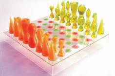 El gran genio del diseño Karim Rashid con su oportuna mezcla de colores y materiales no se podría quedar atrás en este apartado de ajedrez con diseño.