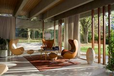 We've put together a list of the best modern homes in the UK. These six houses are exemplary executions of the guiding tentens of modernist architecture. Mid-century Interior, Modern Interior Design, Interior Architecture, Interior And Exterior, Stylish Interior, Modern Interiors, Chinese Architecture, Futuristic Architecture, Danish Modern