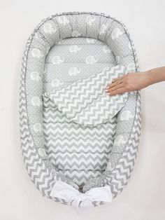 READY TO SHIP! Double-sided babynest Baby nest Baby lounger Baby positoner Removable mattress newborn gift co sleeper neutral 2019 Pillow Diy Çocuk Odası Newborn Gifts, Baby Gifts, Baby Inside, Diy Bebe, Baby Pillows, Baby Couch, Baby Head, Baby Sewing, Trendy Baby