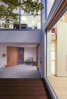 モダンバルコニー&テラスのデザイン:中庭をご紹介。こちらでお気に入りのバルコニー&テラスデザインを見つけて、自分だけの素敵な家を完成させましょう。