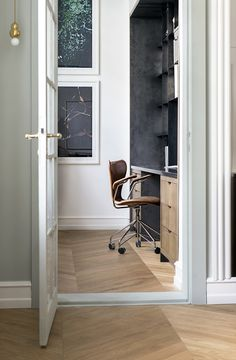 Series 7 office chair by Arne Jacobsen from Fritz Hansen | Perfection is when form matches function | Bang & Olufsen