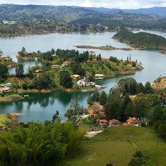 El lago formado por la represa de Guatapé visto desde la base del Peñol es un sitio encantador.  The lake firm by the Guatapé dam as seen from the base of the Peñol is a charming place. #medellin #guatapé #peñol #viajeranoturista