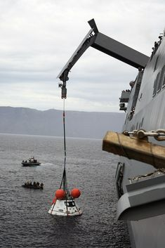 """bgnori: """" spaceexp: """" U.S. Navy Fishes NASA's Orion Spaceship Out of the Pacific """" """" Cosmos, Space Launch System, Orion Spacecraft, Honduras Travel, Space And Astronomy, Nasa Space, Space Race, Space Program, Navy Ships"""