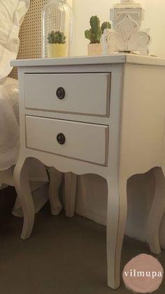 Cláscio dormitorio frances con cabecero de rejilla y mesitas de noche a juego pintado en blanco decapado