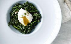 Lun spinatsalat med pocherede æg og sennepsdressing