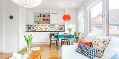 Com apenas 36m² este apartamento é uma ideia brilhante para copiar. A decoração é moderna, colorida, vintage e perfeitamente confortável. O meu destaque vai para o papel de parede da cozinha. Realmente, o papel de parede dá um destaque e tanto na décor ...