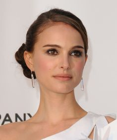 Natural Makeup Natalie Portman looks amazing with this simple updo! - You only need to know some tricks to achieve a perfect image in a short time. Estilo Natalie Portman, Natalie Portman Style, Side Bun Hairstyles, Wedding Hairstyles, Wedding Hair And Makeup, Hair Makeup, Eye Makeup, Nathalie Portman, Simple Updo