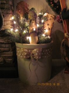 Crock with logs, greenery, lights and burlap bow. Christmas Porch, Prim Christmas, Merry Little Christmas, Country Christmas, Winter Christmas, Christmas Holidays, Cowboy Christmas, Christmas Greenery, Primitive Christmas Decorating