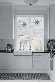 Tre stjärnor i köksfönstret. NYTT MED GAMMALT. Har tröttnat lite på mina vita stj ärnor i alla fönster som vi haft varje ...