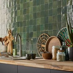 Zellige, le carrelage tendance // Hellø Blogzine blog deco & lifestyle www.hello-hello.fr Tiles, Kitchen Tiles, Kitchen Style, Scandinavian Kitchen, Kitchen Interior, Cabin Kitchens, Mid Century Kitchen, Green Tile, Green Interiors
