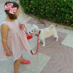 De PaSeO con Woody... Aquí las horas no pasan... Benditas vacaciones y que bien nos lo estamos pasando... Carmen lleva jesusito de leopardo con lazo a juego dTul y Pomponon... #mapetiteprincesse #carmen #holidays #beach #family #love #summer #mygirl #mapetiteprincesseblog #animalprint #tulypompon