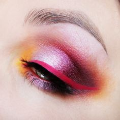 Dying over this gorgeous eye makeup from the ever inspiring @twigmakeup who combined pretty peach & pink shadows and our 'Raven' lashes to create this dazzling look! And YES to that hot pink wing! #blackmagiclashes