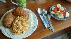 Huevos revueltos con cebolla, tomate y maíz tierno. Ensalada de lechoza (papaya), cambur (babano), manzana y un toque de leche condensada.