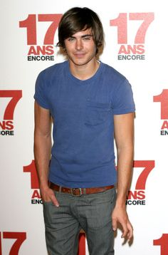 Zac Efron Photos Photos - Actor Zac Efron poses at the Again' Photocall at the Hotel Plaza Athenee in Paris. Zac Efron Pictures, Guy Pictures, 17 Ans Encore, 17 Again Movie, Zac Efron Hair, Zac And Vanessa, Troy Bolton, Kendall Schmidt, Disney Channel Stars