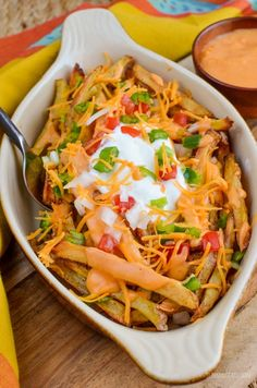 Low Syn Loaded Nacho Fries | Slimming World Recipes Slimming World Vegetarian Recipes, Slimming World Diet, Slimming Eats, Slimming World Recipes, Dirty Fries, Nacho Fries, Diet Recipes, Cooking Recipes, Healthy Recipes