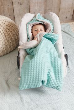 The warm baby footmuff by Koeka fits perfectly in the carrycot or in the Maxi Cosi. Cozy and soft on the inside and chic waffle pattern on the outside Koeka winter footmuff Oslo for Maxi Cosi baby car seats Betty schlabboo Nähen Baby Kind, Baby Love, Baby Shower Gifts, Baby Gifts, Cotton Baby Blankets, Dream Baby, Baby Warmer, First Baby, Baby Sewing