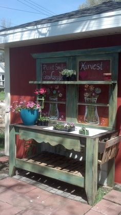 Potting Bench made from old doors, pallets, painted windows. by kristie Potting Bench Plans, Potting Tables, Potting Sheds, Potting Bench With Sink, Station D'empotage, Potting Station, Pallet Garden Benches, Pallet Bench, Old Wood Doors
