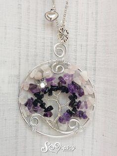 Bellissima ed elegante collana con albero della vita dai colori del viola, si indossa vicino il cuore e può essere un perfetto regalo per la festa della