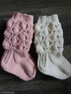 Äidiltä tyttärelle: Caritan helmisukat vauvalle Knitting For Kids, Baby Knitting Patterns, Knitting Socks, Crochet Slippers, Knit Crochet, Knit Baby Dress, Kids Socks, Mittens, Cute Babies
