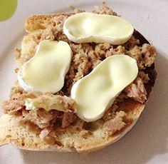 tosta atun queso brie Pan de hogaza, atún al natural, rulo de queso de cabra, aceite de oliva y ajo. Tostar el pan, retregar el ajo, poner el atún desmigado y encima el queso, se puede calentar un poquito en micro.