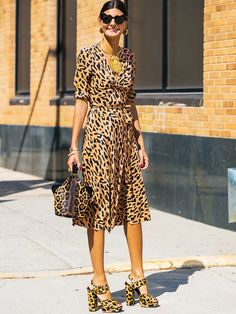 Everyone's Been Doing This Old-Fashioned Styling Trick at Fashion Week Matching bag and dress Animal Print Outfits, Animal Print Fashion, Fashion Prints, Animal Prints, Leopard Prints, World Of Fashion, What To Wear, Ideias Fashion, Street Style