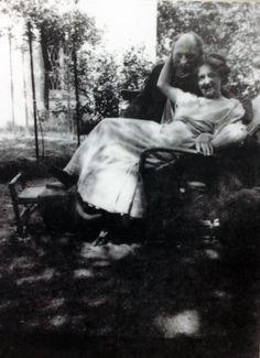 Ada (Vilstrup) Nolde blev født i 1879 som det niende barn i en søskendeflok i præstegården i Resen ved Limfjorden. Faren var pastor Christian Vilstrup, der senere tog familien med til Fyn. Efter hans død flyttede moren og døtrene til København, hvor Ada studerede sang og tog skuespilundervisning. Hun fik undervisning af forfatteren og instruktøren Herman Bang, der også gav Ada hendes første rolle på Dagmarteatret. Ada blev stærkt betaget af Emil Noldes personlighed og kunstneriske begavelse…