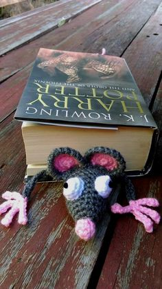 Squashed Rat - Bookmark. Free pattern here; http://www.supergurumi.com/amigurumi-crochet-rat-bookmark