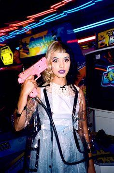 Baby Mel com sua arma cor de rosa                                                                                                                                                                                 Mais