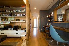 キッチンと左手のリビングは、玄関から続く廊下を介してゆるやかにつながる。居心地のいいリビングは旭化成リフォームの「居間景色」という仕様。