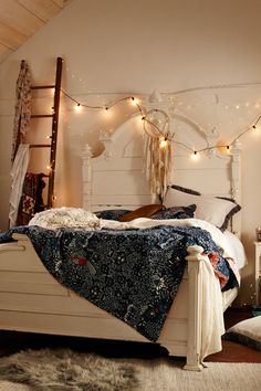 Vintage Bedroom Want to create a romantic bedroom? These romantic bedroom ideas are full of easy-to-recreate decorating tips and design ideas. Dream Rooms, Dream Bedroom, Home Bedroom, Bedroom Decor, Boho Bedroom Diy, Boho Room, Bedroom Lighting, Bedroom Colors, Teenage Girl Bedrooms