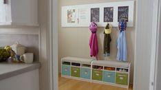 storage de sapatos e casacos com losa para colocar os nomes. pode ser como estante e cabides ou so caixas com a frente de lousa para colocar os nomes.