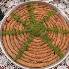 Maraş Kıvrımı Tarifi Albanian Recipes, Turkish Recipes, Albanian Food, Turkish Delight, Dessert Recipes, Desserts, Green Beans, Yogurt, Sweets