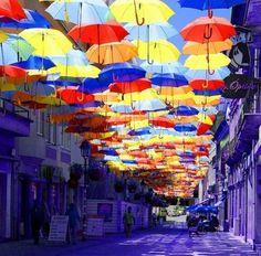 空を埋め尽くすカラフルな傘。ポルトガルの街で開かれるお祭りの演出が美しい(写真10枚)