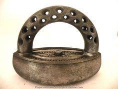 fer à glacer américain de 1877 avec une poignée froide.  Les petits trous servant à refroidir le fer. Les deux pointes de la semelle sont arrondies