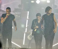 One Direction caught on-stage in torrential rain during Italy show One Direction Liam Payne, One Direction Updates, One Direction Videos, More Than A Feeling, Thank You Lord, Close My Eyes, Irish Men, Fine Men, The Vamps