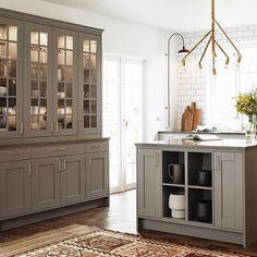 Klassiskt skandinaviskt lantkök. Det vackra vitrinskåpet rymmer massor av glas och porslin. Här har vi kombinerat Stina vitrin med Karin-luckan. #kök #köksrenovering #köksinspiration #lantkök #vedum