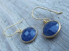 Lapis Lazuli is beneficial to the throat, larynx, and vocal chords, and helps regulate the endocrine and thyroid glands.  It overcomes hearing loss and other problems with ear and nasal passages