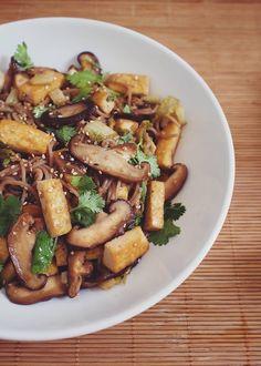 Gryczany soba z tofu, boczniakami i kolendrą Tofu Recipes, Kung Pao Chicken, Asia, Foods, Vegan, Ethnic Recipes, Interior, Food Food, Food Items