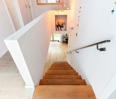 Treppe gerade mit Galerie - Einrichtungsideen Stadtvilla Flensburg ECO-Massivhaus.jpg
