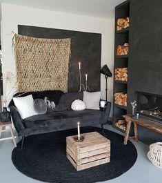 Weg met die kille, lichte muur | Huizedop Interior Styling, Interior Design, Black Walls, Sofa Design, Interior Inspiration, Living Room Designs, Decor Styles, Room Decor, House Styles